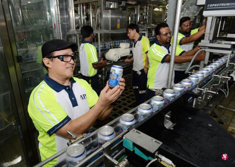 联合早报: 与工会携手成立培训委员会 亚太酿酒厂员工学习酿制无酒精啤酒