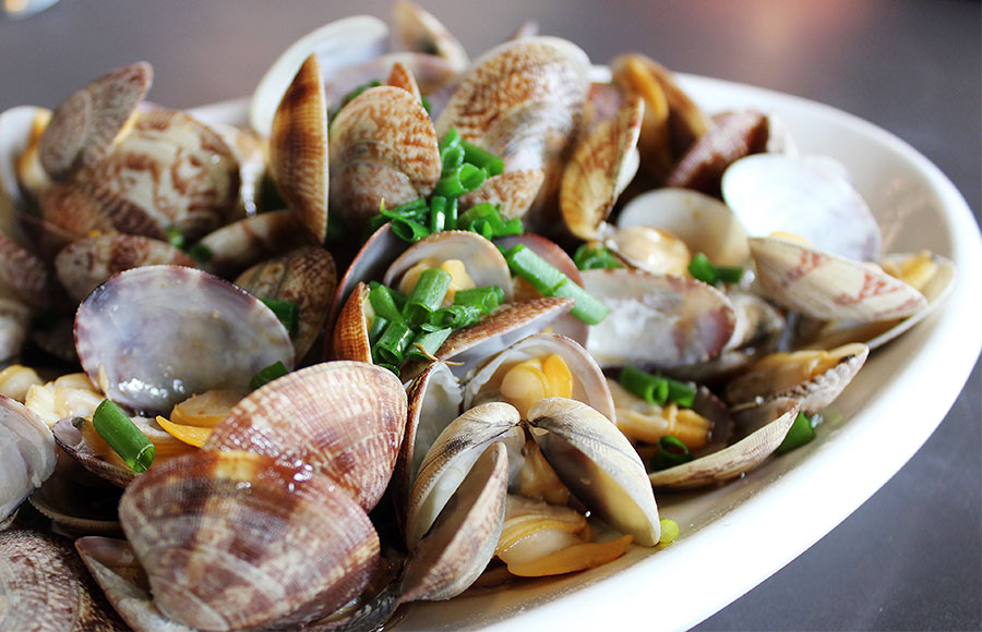 Clams Stir-fried with Ginger and Garlic